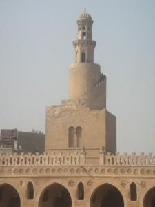 CAIRO Middeleeuwse (Islamitisch) Moskee van Ibn-Toulon, spiraalvormige minaret