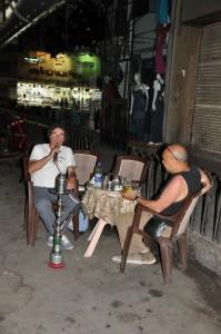 CAIRO de avonden, waterpijp roken in theehuis