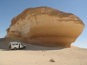 WESTELIJKE WOESTIJN het Schip (rotsformatie) op weg naar Siwa