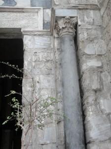 CAIRO Middeleeuws (Islamitisch) monument met hergebruikte oudere zuilen