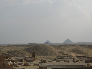 CAIRO zicht op Rode Piramide en Knik Piramide vanaf piramidegebied van Sakarra