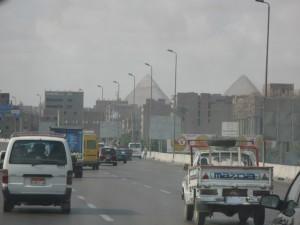CAIRO zicht op de piramides van Gizeh