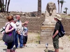 LUXOR gidsen bij alleeweg tussen Luxor en Karnak